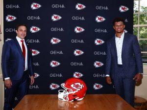 NFL: Patrick Mahomes estende contrato com Chiefs até 2031