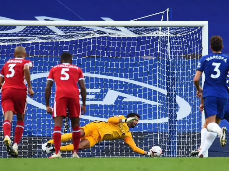 alisson-defede-penalti-na-vitoria-sobre-chelsea-2a0_twitter-lfc