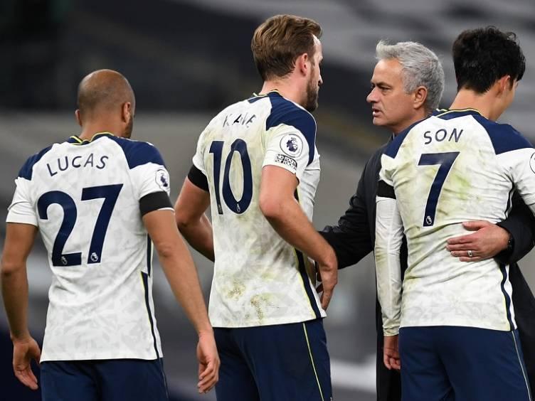 mourinho-e-jogadores-do-tottenham-premier league_reproducao-twitter-tottenhamhotspur