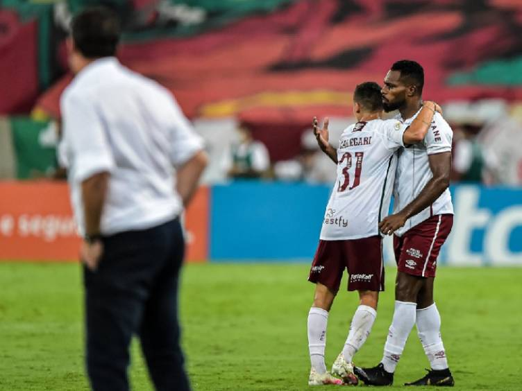 Rogério Ceni, do derrotado Flamengo, e jogadores do Fluminense comemorando a virada no Fla-Flu pelo Brasileirão 2020