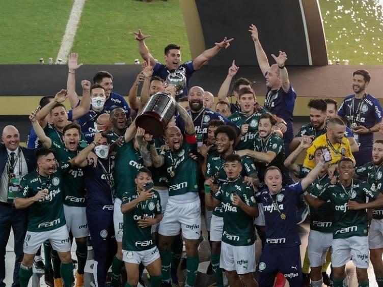Palmeiras e festa com troféu de bicampeão da Libertadores no Maracanã