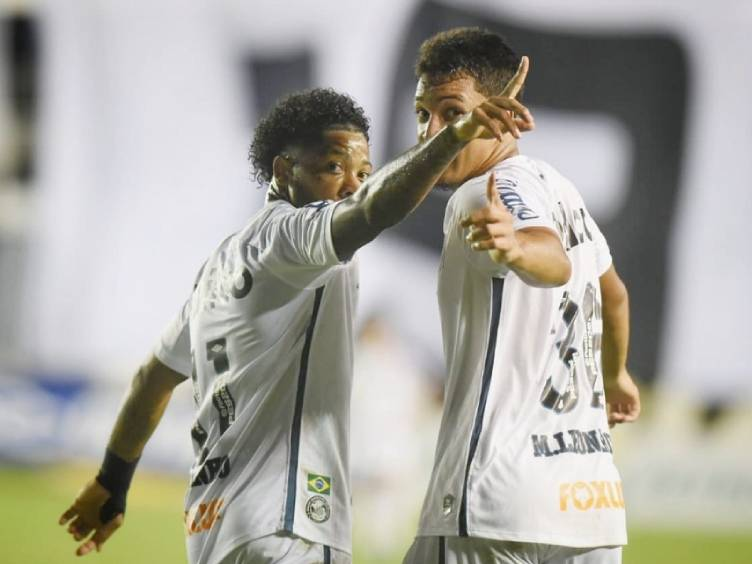 Marinho e Marcos Leonardo, de 17 anos (à direita), autor do gol da vitória do Santos sobre o Corinthians