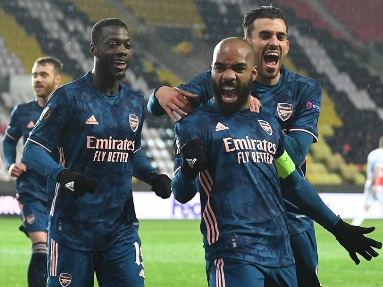 foto-arsenal-jogadores-comemorando-gol