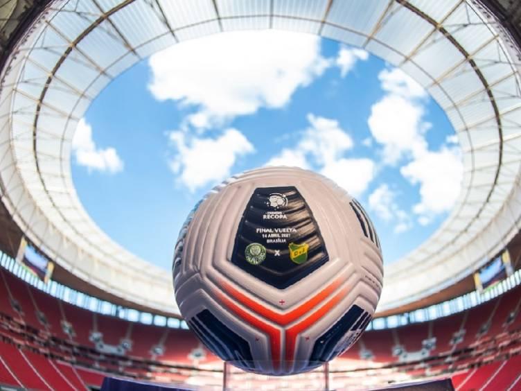 foto-bola-palmeiras-defensa-recopa-sul-americana2021-divulgacao