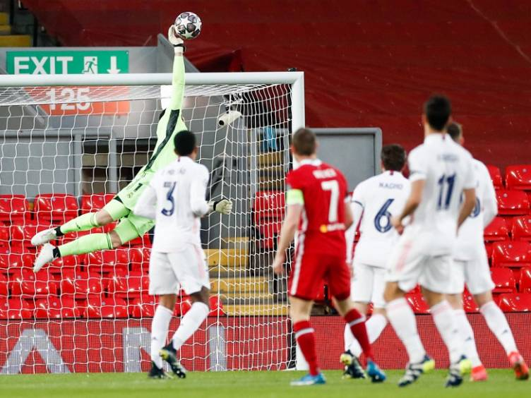 foto-courtois-defende-chute-milner-liverpool-real-champions2021