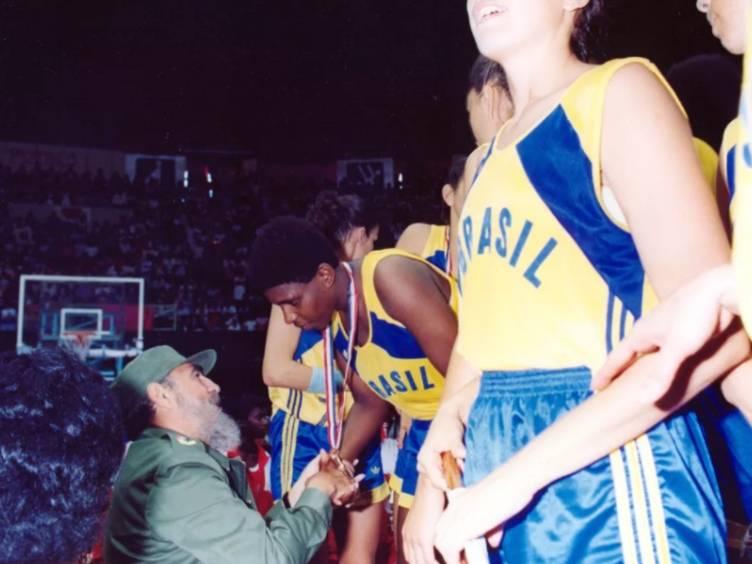 ruth recebendo medalha de ouro de fidel castro no pan 1991