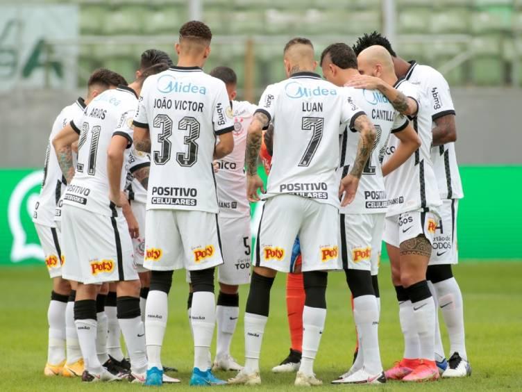 jogadores do Corinthians conversando durante vitória sobre América pelo Brasileiro