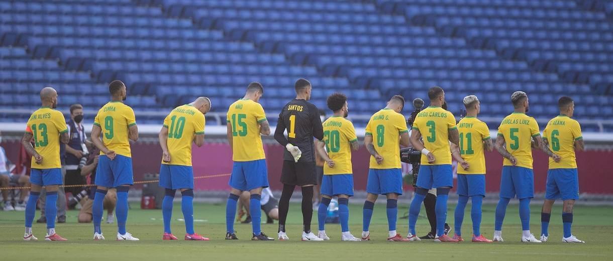 jogadores-selecao-de-futebol-durante-hino-jogos-toquio-2020