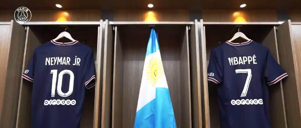 camisas-de-neymar-e-de-mbappe-bandeira-argentina-de-messi-reproducao